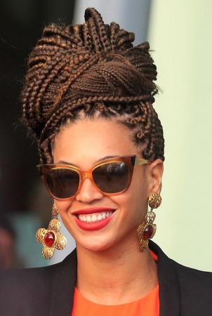 rodete trenzas 8 Looks con Trenzas africanas de colores a la moda
